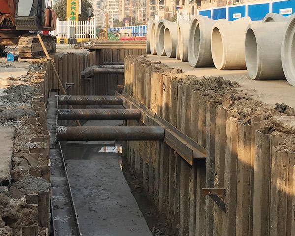 鄂州鄂城大道水环境治理钢板桩施工